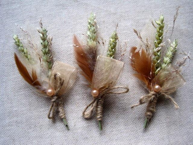 Mariage - Spring shabby chic feather wedding boutonnieres set of 6  groom wedding pin ,rustic wedding ,brown beige buttonholes  ,groomsman decor