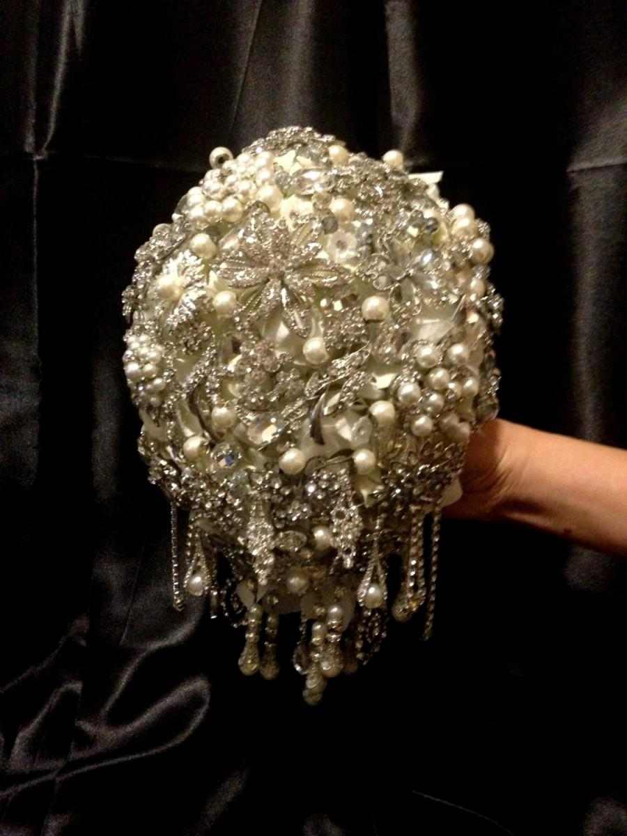 Mariage - Pearl Brooch Bouquet.Deposit on made to order ivory cascading jeweled bling crystal teardrop brooch bouquet.Wedding bridal broach bouquet