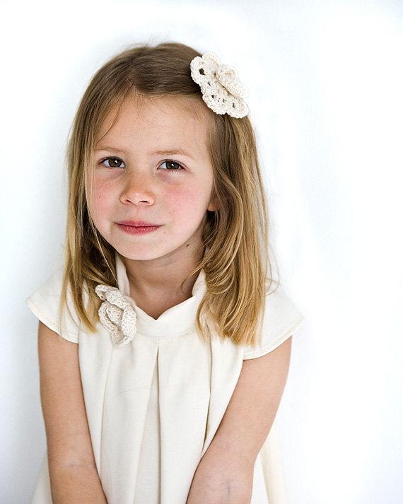 زفاف - Flower girl hair clip in organic ivory cotton, crochet flower in organic cotton