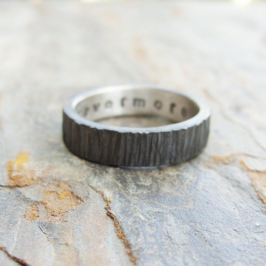 زفاف - Rugged Blackened Tree Bark Wedding Band for Men or Women - Dark Silver Wood Grain Ring with Personal Inscription - Flat Rectangular Band