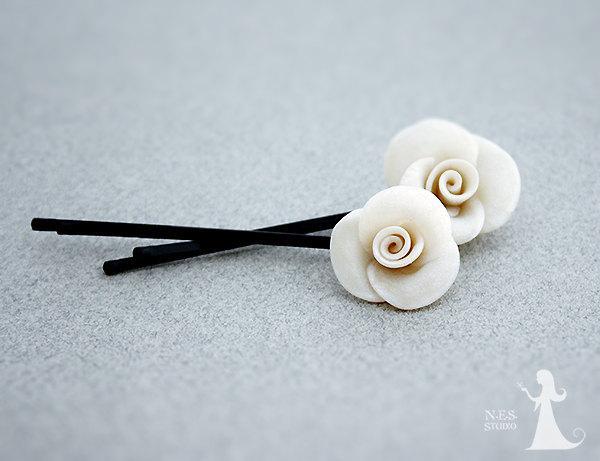 Свадьба - White rose Bobby pins - Wedding bridal hair pins - 2pcs - wedding accessories - White pearl Roses hair piece - rosebuds jewelry Israel