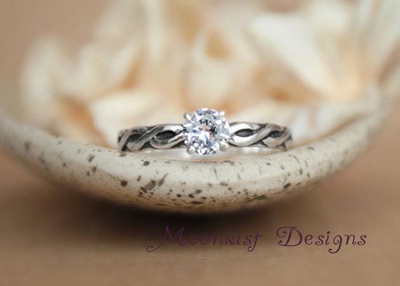 زفاف - Size 8 - Celtic Endless Knot Solitaire Ring - White Sapphire Engagement Ring in Sterling - Silver Celtic Promise Ring - Ready to Ship