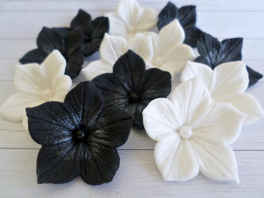 Свадьба - White Black Sugar Edible Flower Cake Fondant Topper Wedding Gothic Decor Party Sweet 16 Bridal Shower Candy Gumpaste Petunia Cupcake -set 24