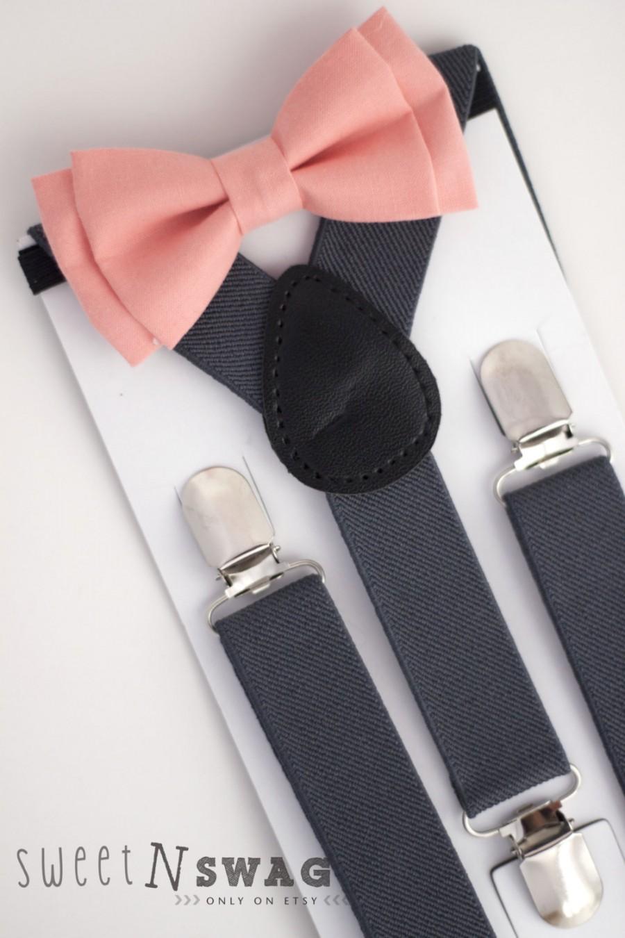 Mariage - SUSPENDER & BOWTIE SET.  Newborn - Adult sizes. Dark Grey / Gray Suspenders. Coral / Peach Bowtie.