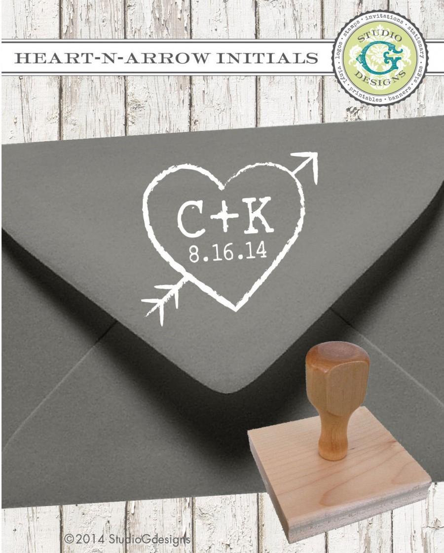 زفاف - HEART N ARROW  --  1 X 1 inch -- Personalized Rubber Stamp Wedding Couple Initials Established Date Paper Goods