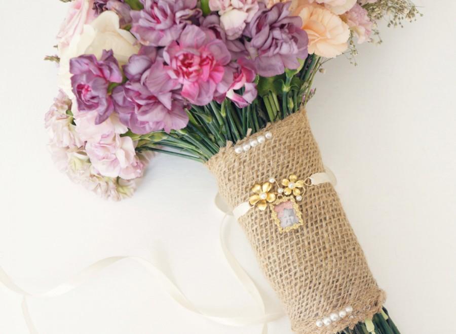 Hochzeit - Gold bouquet locket, Bouquet photo charm, Wedding bouquet accessory, Gold bouquet charm, Bridal accessory, Remembrance, Bridal shower gift