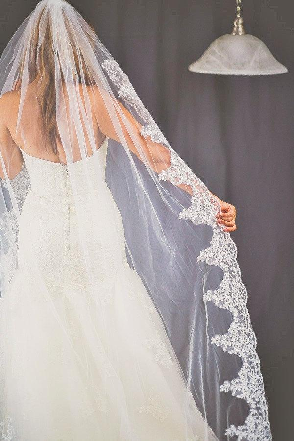 Mariage - Beautiful high quality bridal veil. Cathedral lenght lace veil around edge