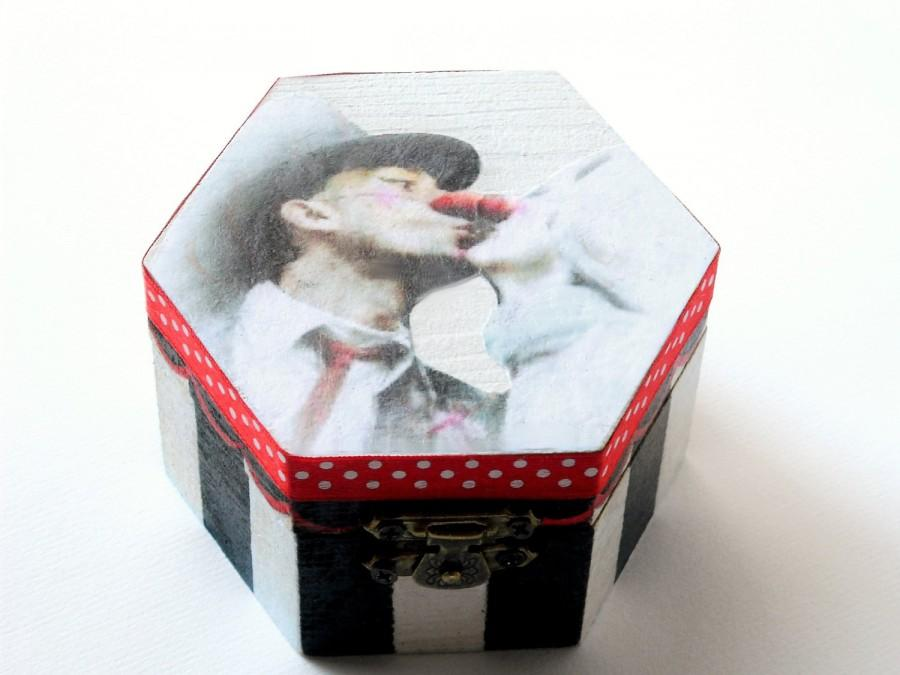 Свадьба - Circus wooden wedding box, ring bearer, mime clowns kissing lovers, hand painted black and white hexagonal gift box