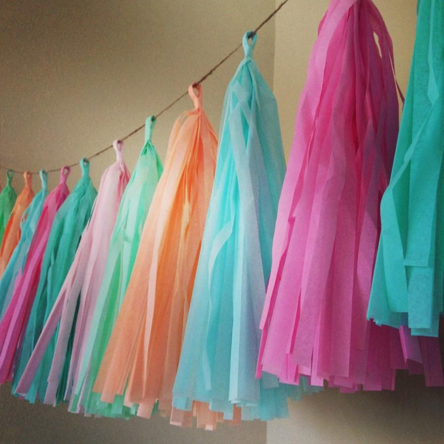 Hochzeit - PASTELS ... tissue paper tassel garland // nursery // wedding decoration // easter // birthdays // party decorations