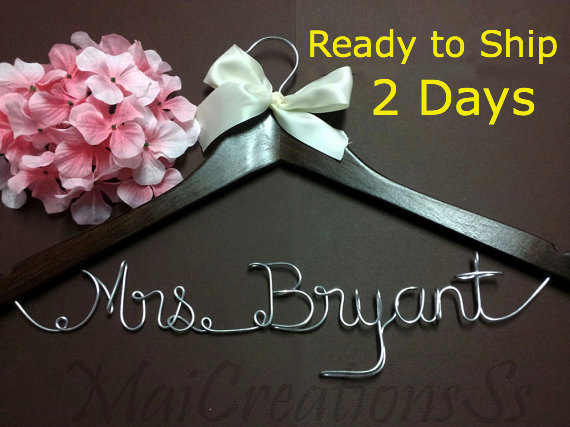 Свадьба - WEEKEND SALE. Personalized Bridal Wedding Hanger. Bridal Hanger. Bridal Party. Custom Hanger. Comes With Bow