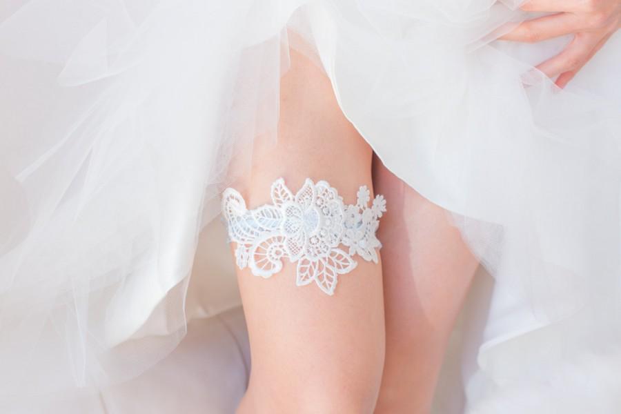 Mariage - Something Blue - Wedding Garter, White Lace, Blue lace band, Bridal Shower Gift, Lingerie