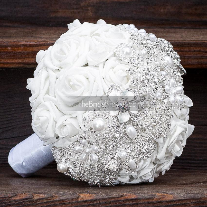 Mariage - Brooch bouquet with white and silver brooch strip over white roses with pearls, very sparkly and bling bouquet