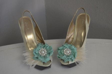 زفاف - Mint Silk flower Shoe clips- Pearl/Crystal Brooch center and Ivory Feathers Shoe Clips/Fascinators, brooch clips, feather clips, custom clip