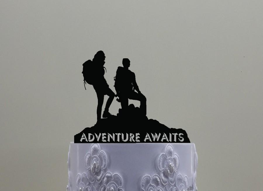 Mariage - Hiking Couple Cake Topper, Contains a Male and Female Hiker For Wedding or other Celebrations and is cumstomized with your name or phrase.