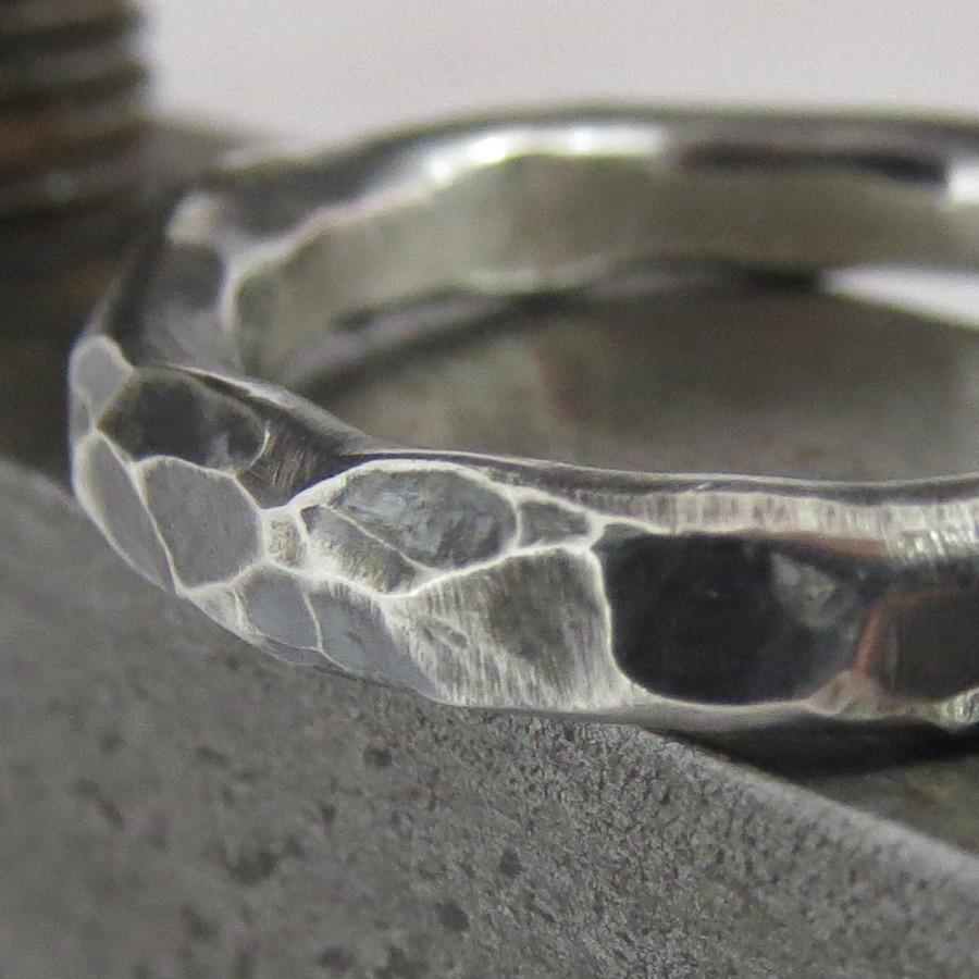 زفاف - Mens Wedding Ring Oxidized Sterling Silver Unusual Hammered Steampunk Band 3mm Design 0124