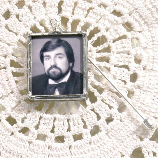 Mariage - Boutonniere Photo Pin with quote on back. Customized in silver or copper/gold. Can also be worn on Groom's Lapel.