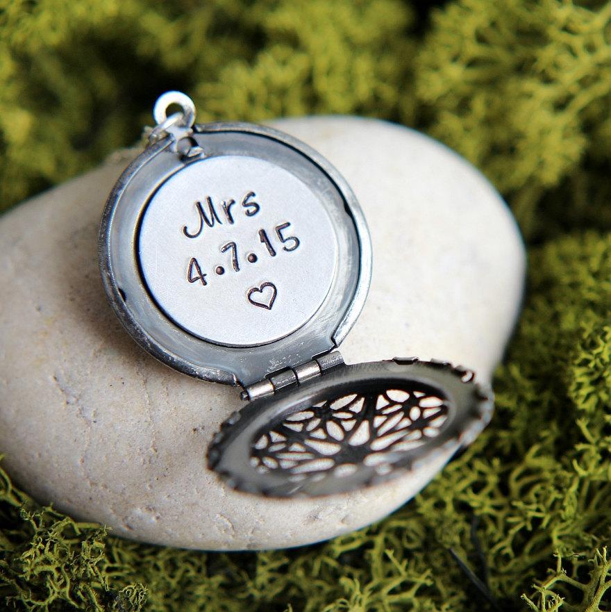Mariage - Mrs necklace, Wedding Necklace, Wedding Jewelry, Personalized Locket, Personalized Necklace, Bridal Shower Gift,New Bride Gift, Wedding Gift