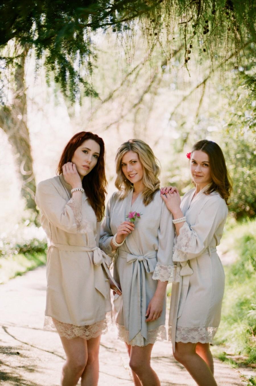 زفاف - 3 knee length robes in faux crepe de chine silk trimmed with lace. Bridal robes and bridesmaids robes in neutral tones.