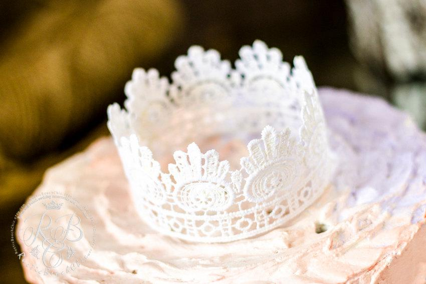 Mariage - Vintagewedding/Princess Party/White Rustic/Wedding Lace Crown Cake Topper/Crown Photography Prop/White Lace/Party Decoration/Romanticwedding