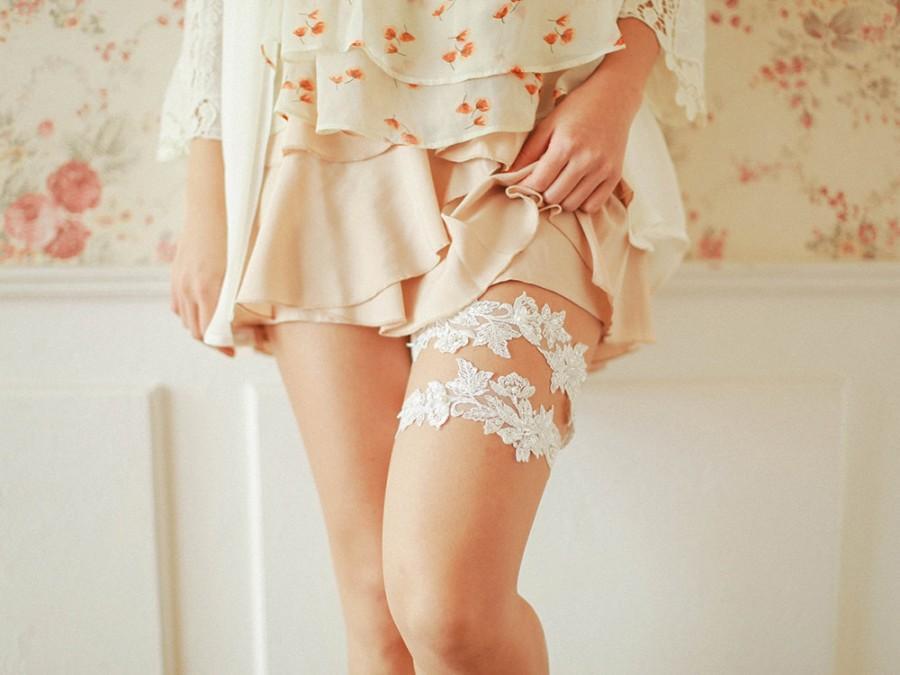 Wedding - Ivory lace bridal garter set, wedding garter set, bridal gift - style 492