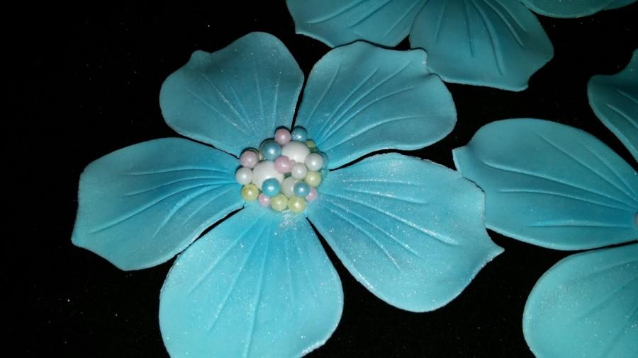 Wedding - 12 Delicate 5 petal flowers with pearl centers / Edible gum paste/fondant flower cake or cupcake toppers