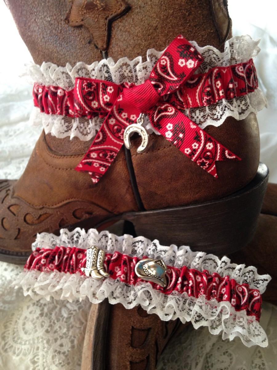 Свадьба - Red Bandanna Country garter set with a lucky horse shoe charm. Bridal / Wedding set