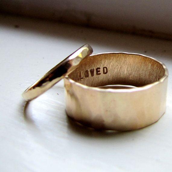 Свадьба - Simple Unique Wedding Band Set Of Hammered Gold