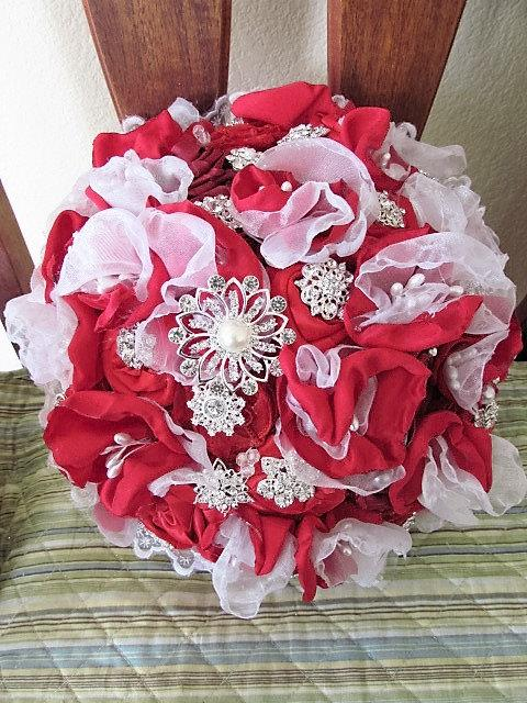 Mariage - Fabric flowers and TONS of brooches bouquet