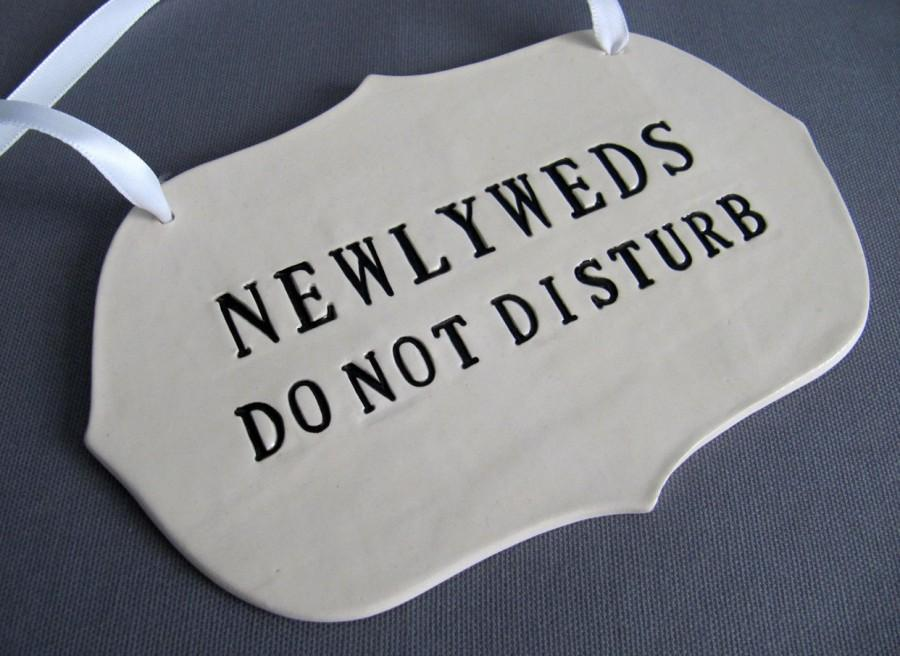 Mariage - Newlyweds Do Not Disturb Wedding Sign to Hang on Door and Use as Photo Prop - Available in silver, gold or black letters