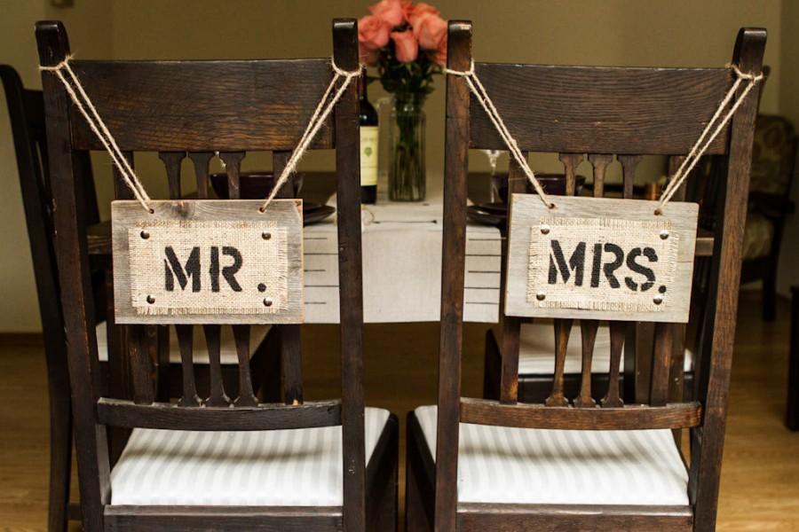 زفاف - Mr and Mrs Wedding Chair Signs for Country Rustic Wedding - Reclaimed Wood & Burlap - hand stenciled and painted -