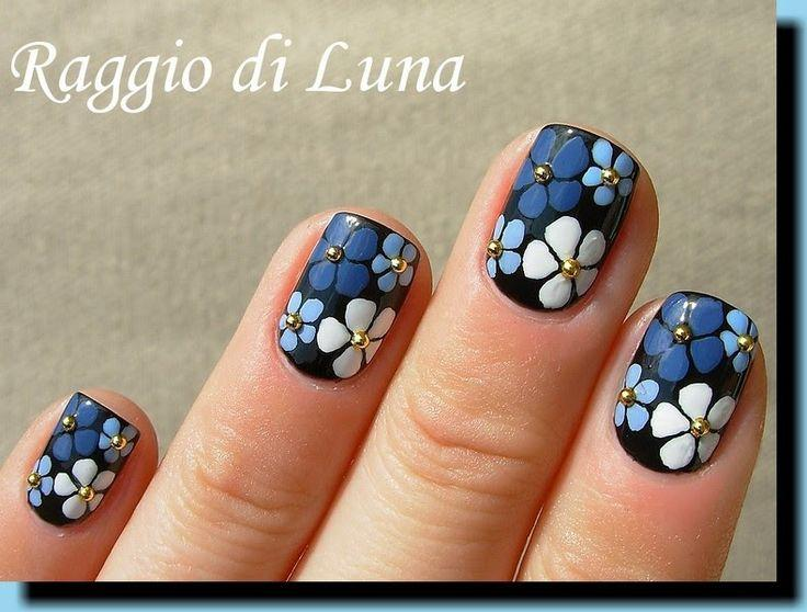 زفاف - Blue And White Flowers On Black (Raggio Di Luna Nails)