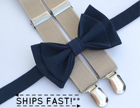Mariage - Bow Tie and Suspenders -- Navy Bow Tie & Tan Suspenders -- Ring Bearer Outfit -- Boys Wedding Outfit