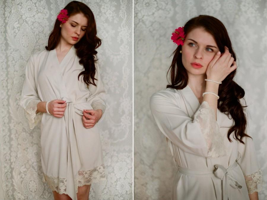 Mariage - First light of dawn. 4 short robes in faux crepe de chine silk trimmed with lace. Silk bridal robe and bridesmaids robes in neutral tones.