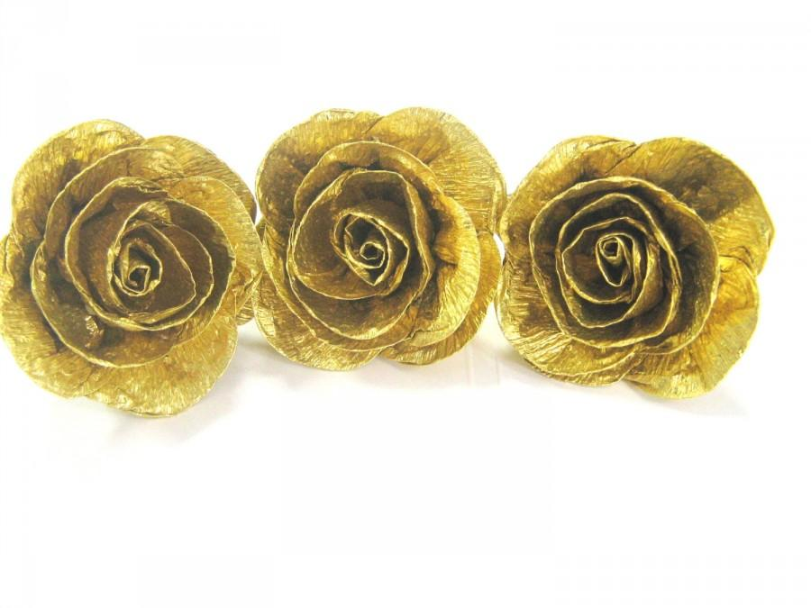 Mariage - 10 Gold crepe paper roses baby shower Gold WEDDING CENTERPIECE Gold DIY Wedding gold Cake Topper gold craft flowers boutonniere gold corsage