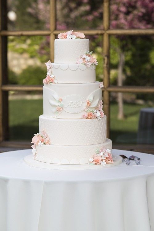 Hochzeit - Ashley & Tanner's Ivory And Coral Wedding Cake