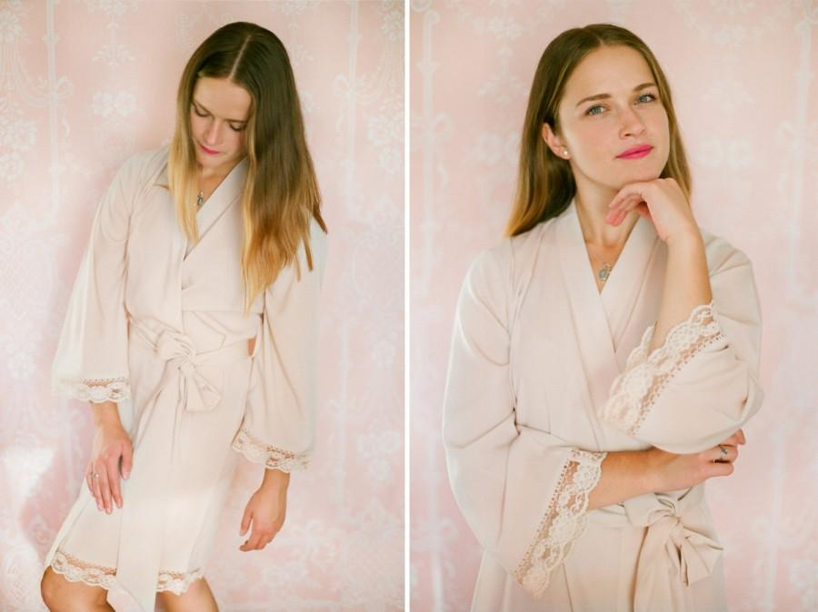Свадьба - Soie Champagne. 4 knee length robes in faux crepe de chine silk trimmed with lace. Bridal robes and bridesmaids robes in neutral tones.