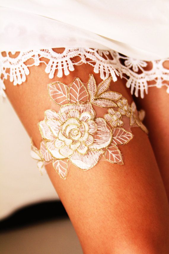 Свадьба - Bridal Garter Wedding Garter Bridal Lace Garter - Rustic Wedding Garter Bohemian Ivory /Antique White & Gold Golden Rose Flower