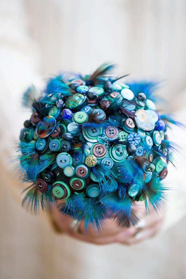 Mariage - Button bouquet 'Indian blue peacock ' feather and button bouquet