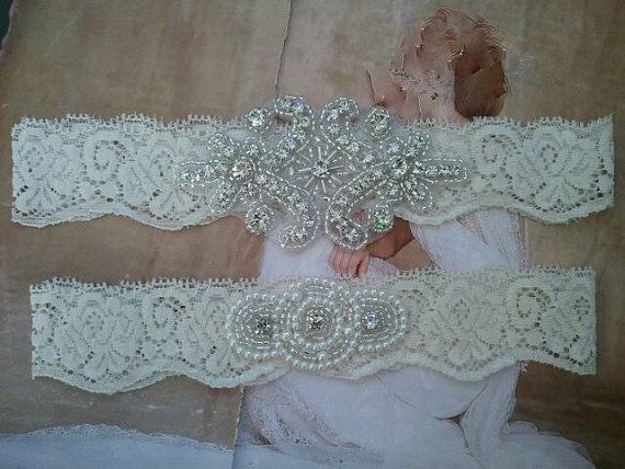 Mariage - SALE - Wedding Garter, Bridal Garter, Garter Set - Crystal Rhinestone & Pearls on a Ivory Lace - Style G2300