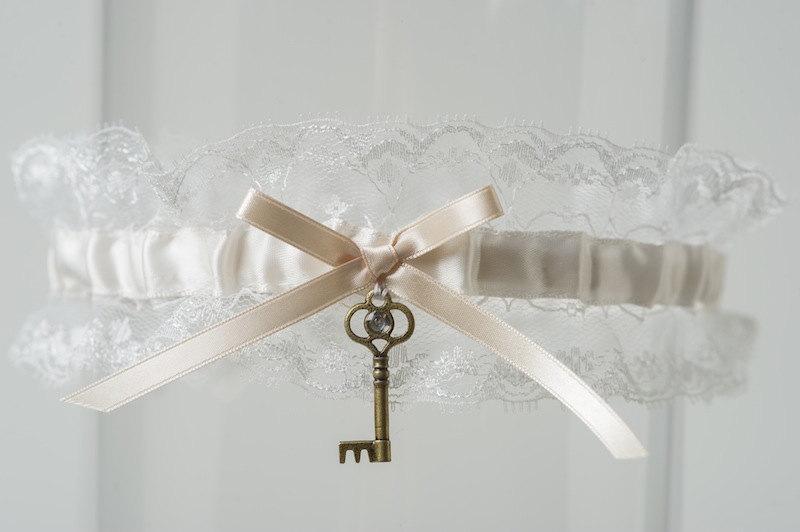 "Свадьба - Wedding Garter Vintage Lace Skeleton Key Ivory Bridal Garter ""Priscilla"""