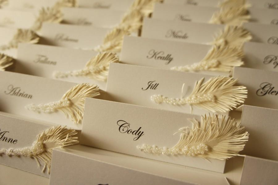 Свадьба - White wedding place cards with ivory feather & pearls decor