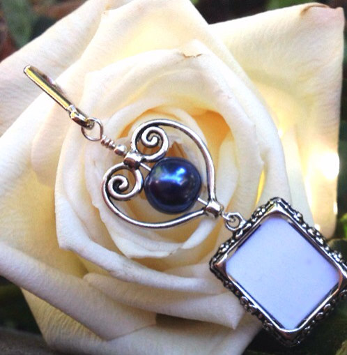 Mariage - Wedding bouquet charm. Something blue for the bride. Memorial photo charm with dark blue pearl and heart. Bridal shower gift. Gift for her