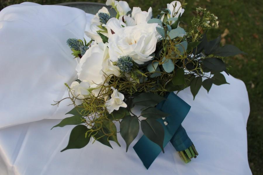 Hochzeit - All white rose bouquet with flowering sweet peas.