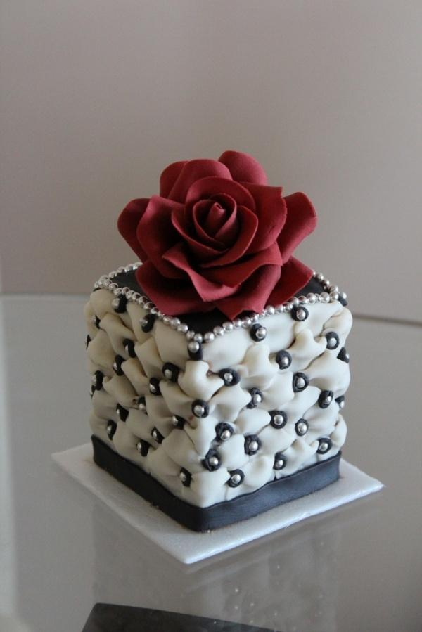 Hochzeit - Dramatic Red Rose — Mini Cakes / Petit Fours