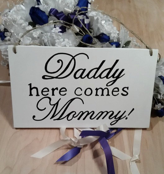زفاف - SALE!! Wedding Sign/Daddy here comes Mommy Ring bearer or Flower Girl Wedding Sign