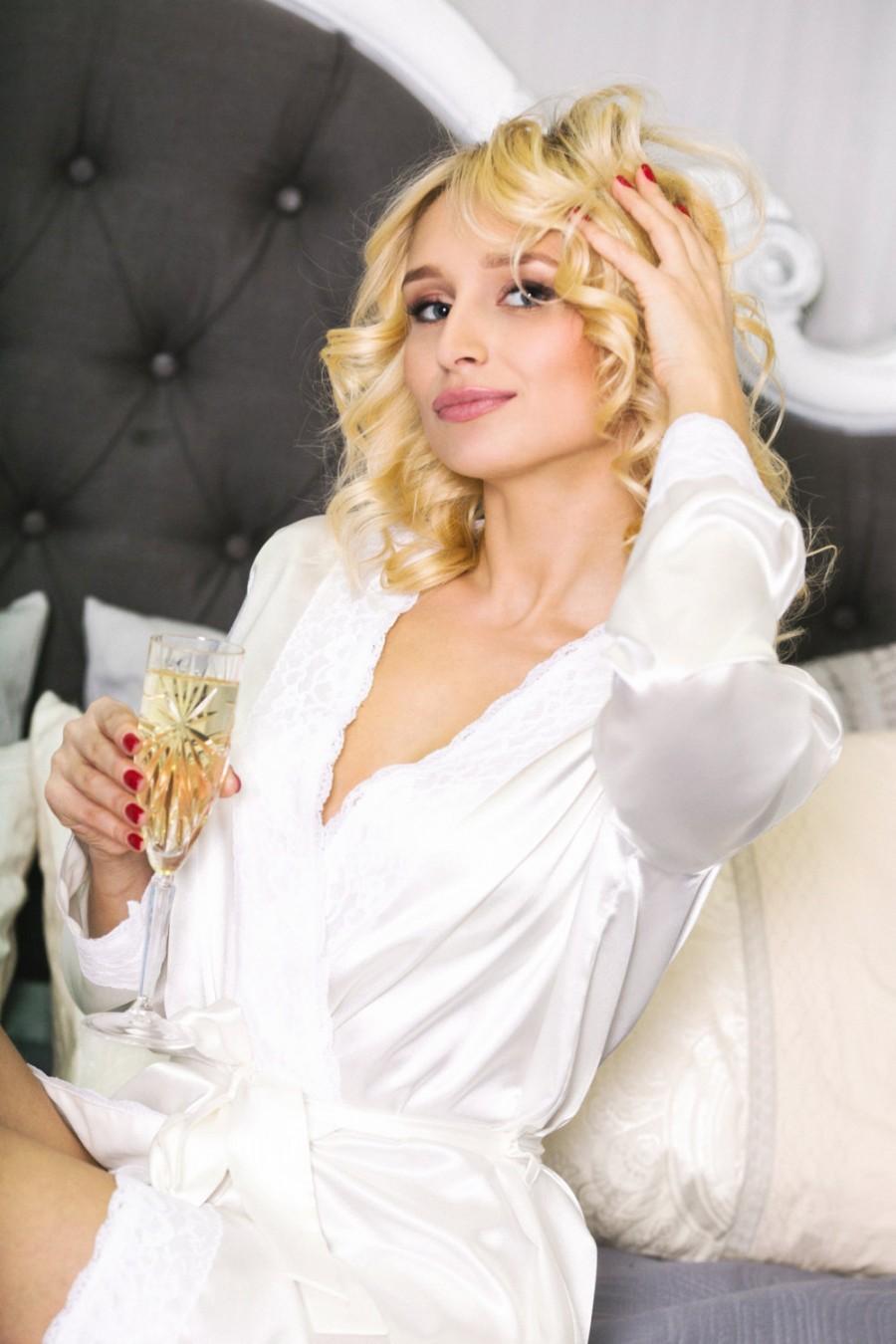 Hochzeit - VERONA, Bridal personalized robe, bride robe, monogrammed wedding robes, monogramming robes, monogramed robes, embroidered robe, bridesmaid