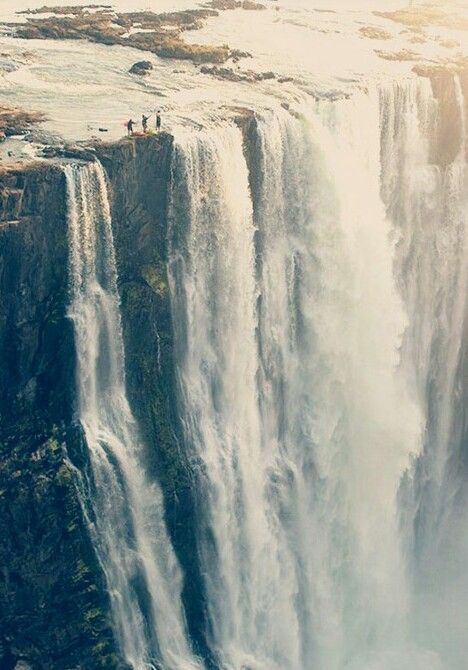 Mariage - Community Post: 27 People At The Edge Of Victoria Falls
