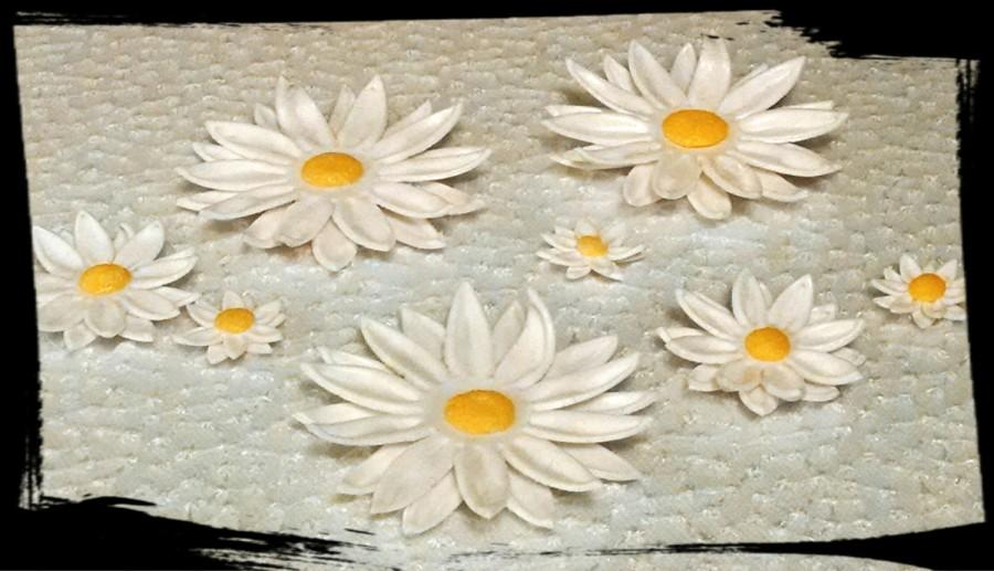 Свадьба - 24 Edible DAISY gum paste / fondant flowers / sugar flowers / cake or cupcake decorations / cake or cupcake topper