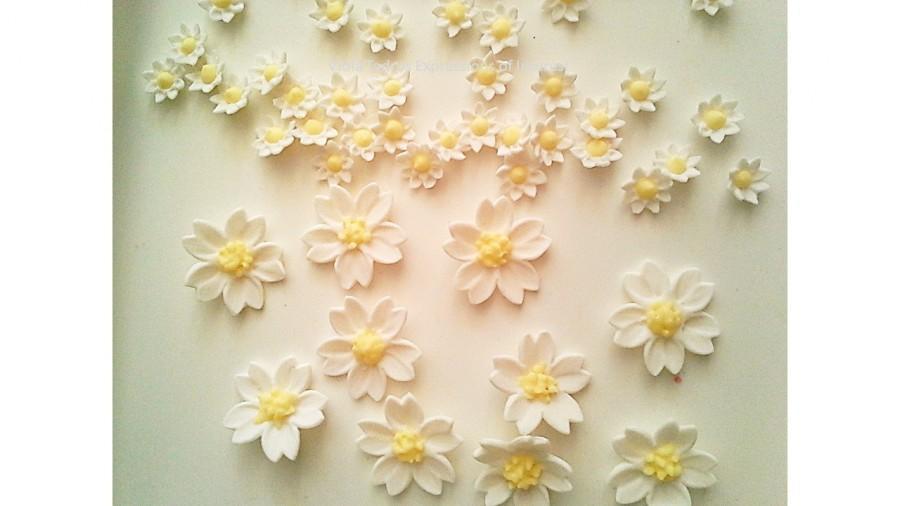 Mariage - Sugar Flowers Gumpaste Fondant Daisy Wedding, Christening, White,Yellow Edible Daisy Style  Flowers / Various - Choose Item