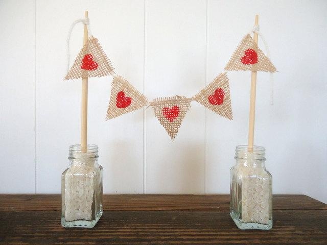 Mariage - Cake Topper Hearts Burlap Triangle Pennant Flag Banner Bunting / Centerpiece for wedding reception